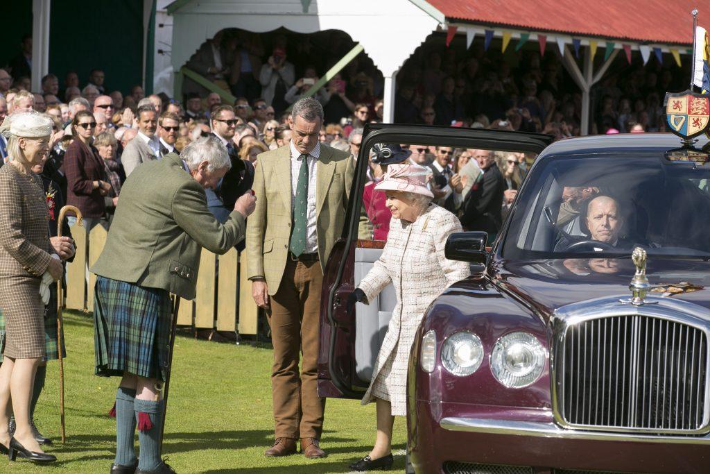 Arrivée de Sa Majesté la Reine d'Angleterre accueillie par le Prince Charles