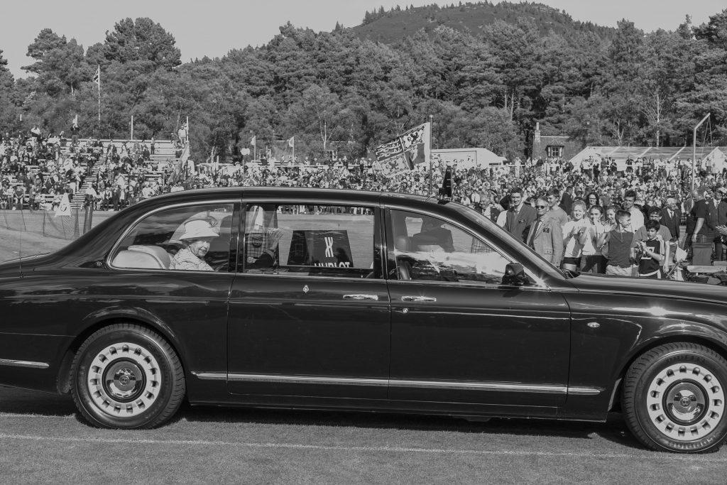 Sa Majesté la Reine d'Angleterre arrivant aux Hightlands Games