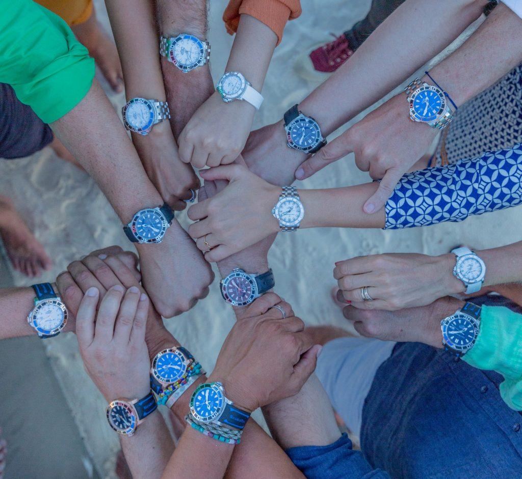Un wristshot convivial pour exprimer son adhésion au projet Manta Trust