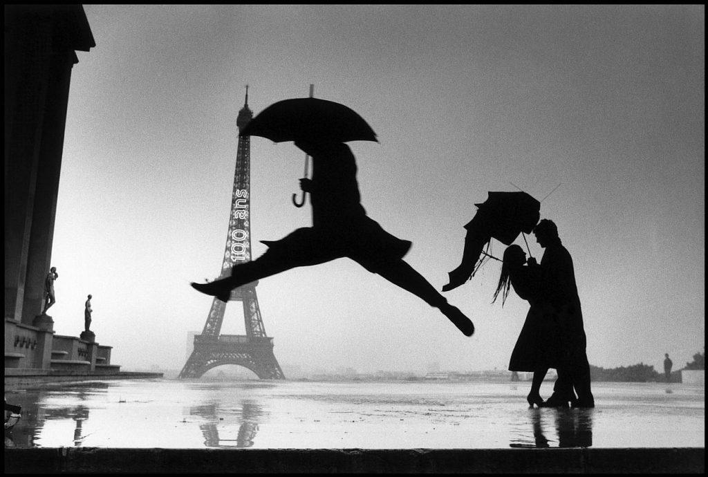 L'homme au parapluie devant la Tour Eiffel - Henri Cartier-Bresson