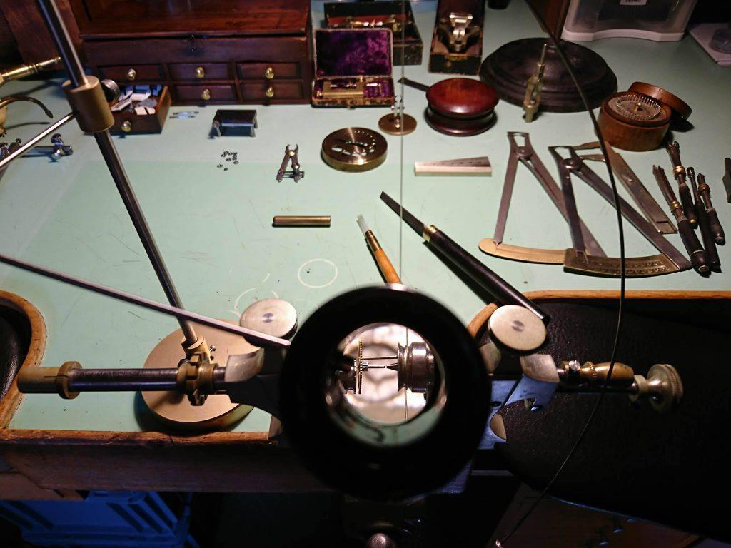 L'établi d'un horloger rhabilleur