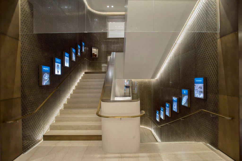 L'escalier monumental et unique de la boutique
