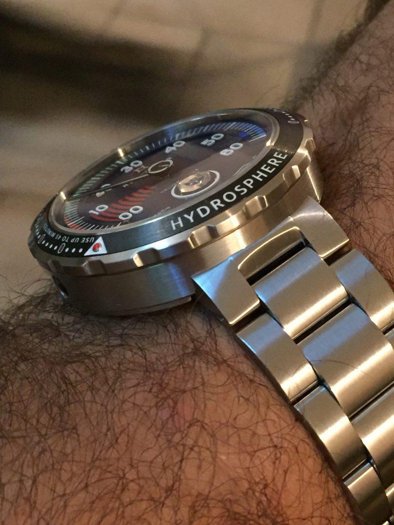 Le bracelet acier de belle facture est confortable et la boucle déployante micrométrique très pratique.