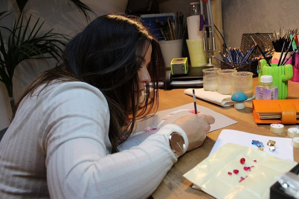 Estelle Lagarde dans son atelier