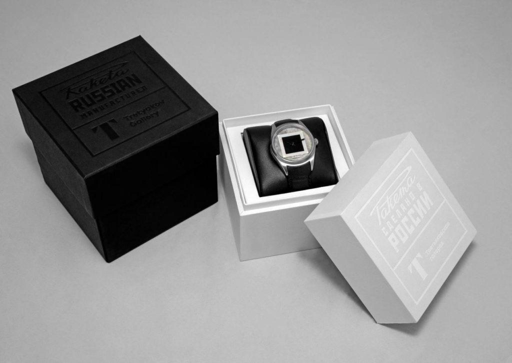 La montre est présentée dans un écrin sobre, simple, et efficace