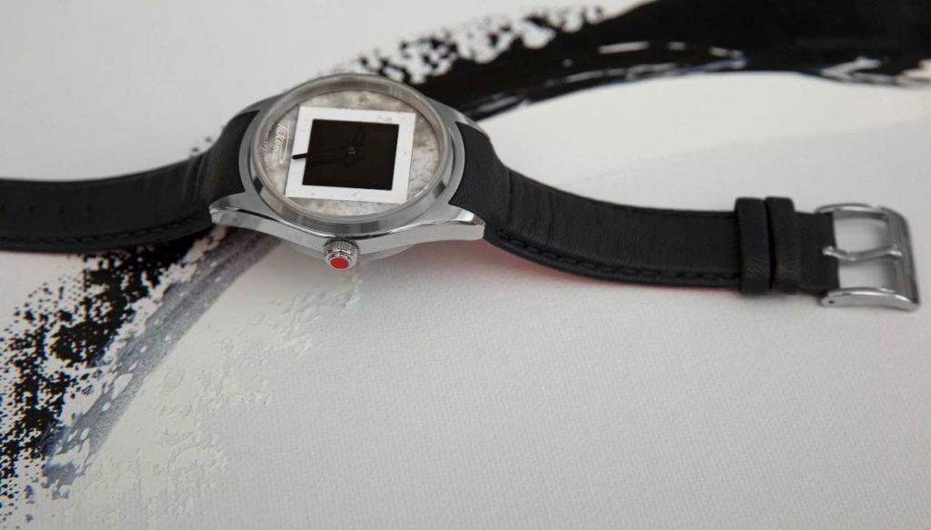 Un bracelet qui vient prolonger la courbure des cornes