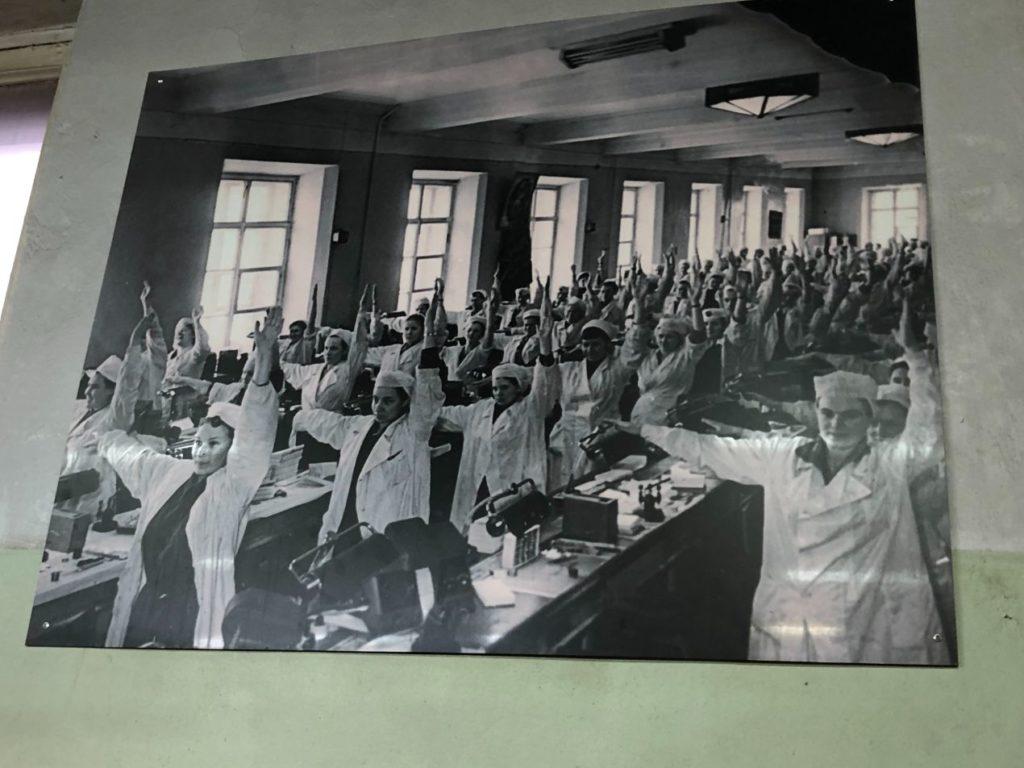 Les ouvriers de l'époque communiste pratiquant la gym avant de travailler