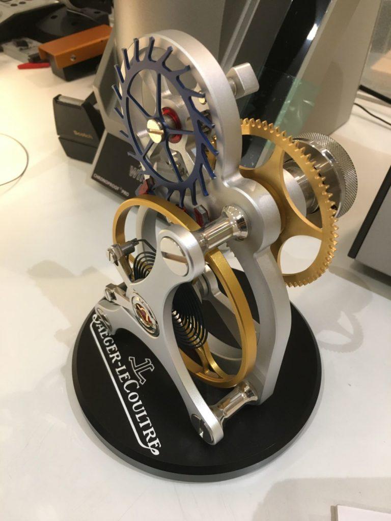 Un balancier / spiral majuscule