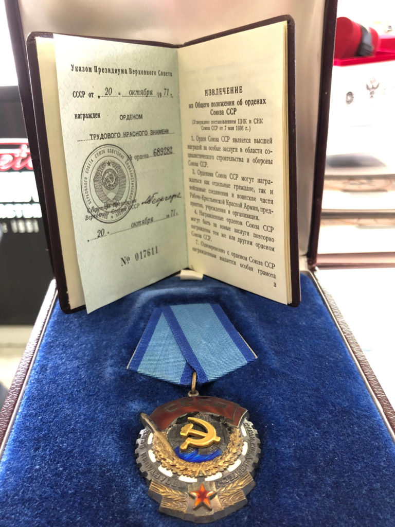 L'Ordre du Travail Rouge obtenu par Raketa en 1971 pour l'automatisation de la Manufacture
