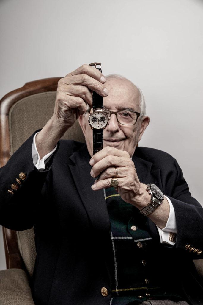 Jack Heuer présentant fièrement SA montre
