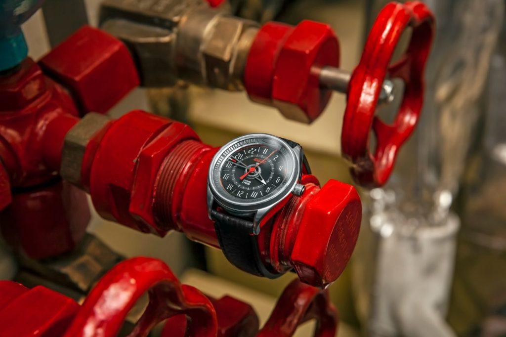 La lunette de la montre Raketa Leopard 24 est issue de la coque d'un sous-marin russe.