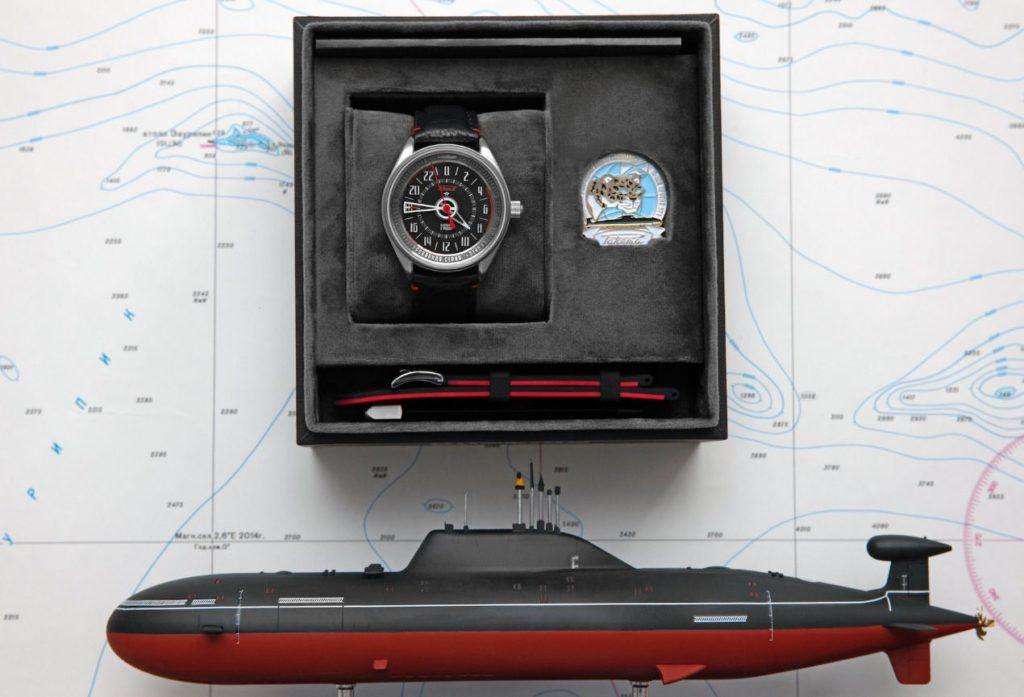 Le noir et le rouge présents sur la coque du Leopard se retrouvent sur la montre Raketa.