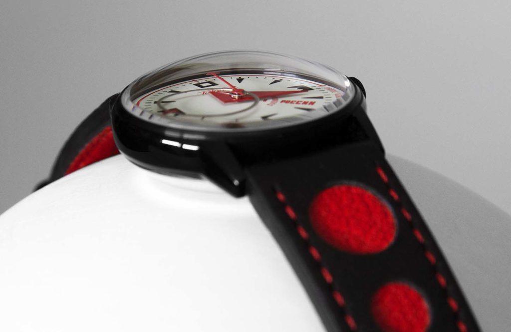 Un saphir en forme de dôme, typique des montres des années 70.