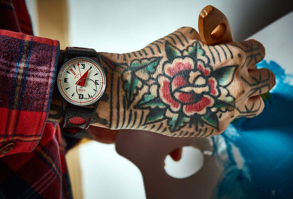 Raketa Avant-garde au poignet de l'artiste