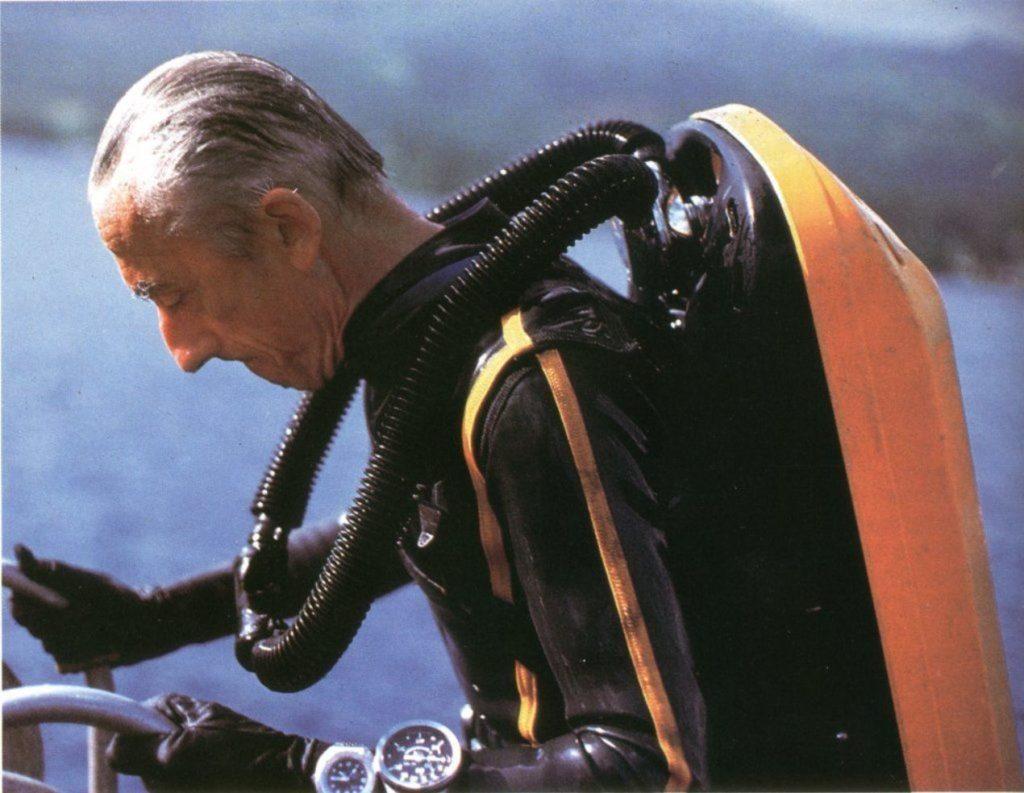Le commandant Cousteau portant sa Doxa au poignet.