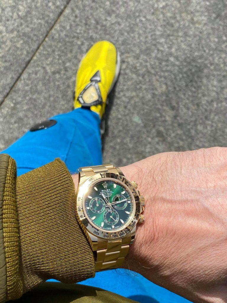 Michel, méditerranéen affirmé, affectionne un porté sport-chic de ses montres de grande valeur.