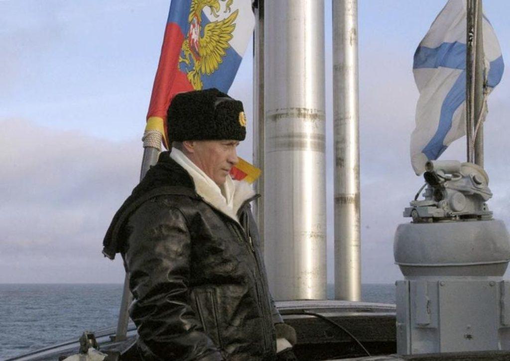 """Vladimir Poutine assistant à des manœuvres à bord d'un sous-marin. Photo """"Revue de l'OTAN""""."""
