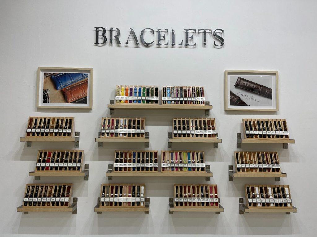 Le mur de bracelets présent au Centre Horloger de Provence