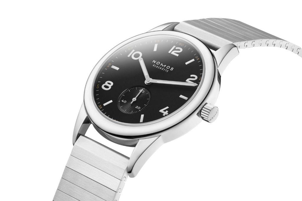 La nouvelle version de Club automatique de NOMOS Glashütte est réglée d'après les valeurs de chronomètre et équipée du bracelet métallique NOMOS Sport. Pour seulement 2240 euros.