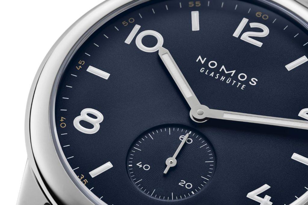 Série limitée : NOMOS Club automatique en trois nouvelles couleurs. Ici le modèle navy, équipé d'un bracelet textile bleu-noir. Les montres sont limitées à 175 exemplaires chacune et sont réglées d'après les valeurs de chronomètre. 1960 euros.