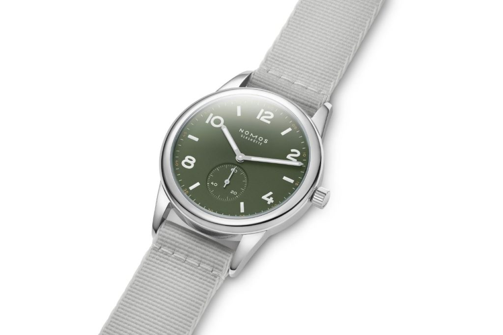 Modèle spécial de NOMOS célébrant 175 ans de haute horlogerie à Glashütte, Club automatique olive est limité à 175 exemplaires. Une montre également disponible dans les couleurs onyx et navy. 1960 euros.