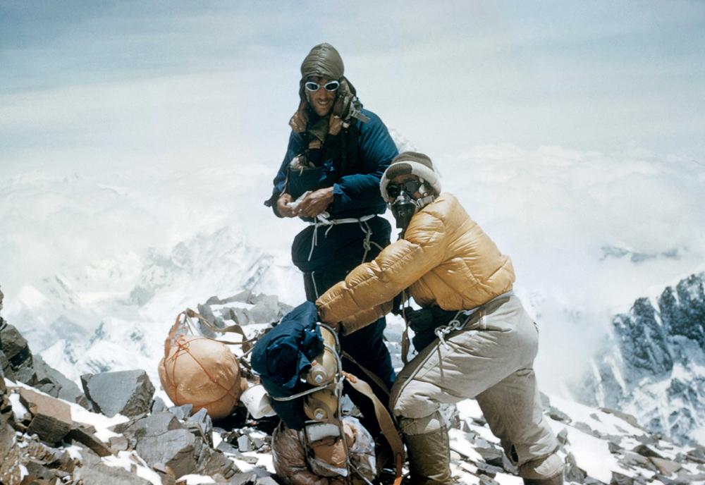 Sir Edmund Hilary et le sherpa Tensing Norgay au sommet de l'Everest avec une Rolex Explorer au poignet