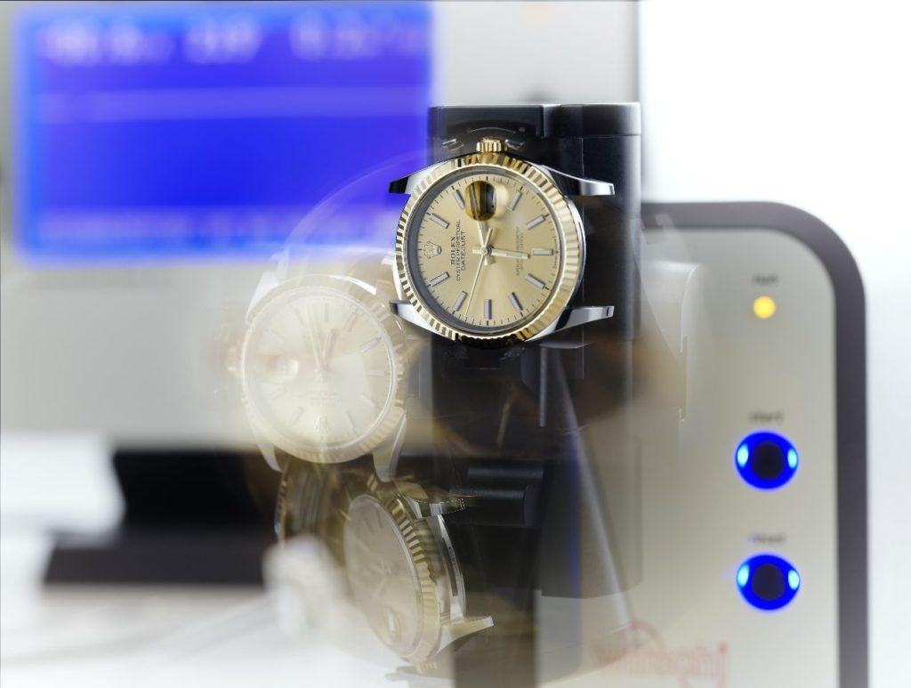 Après emboîtage du mouvement, la montre est testée dans différentes positions ; il s'agit de s'assurer de ses performances chronométriques.