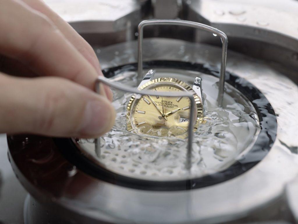 L'étanchéité des montres est testée dans des cuves hyperbares développées par la marque.