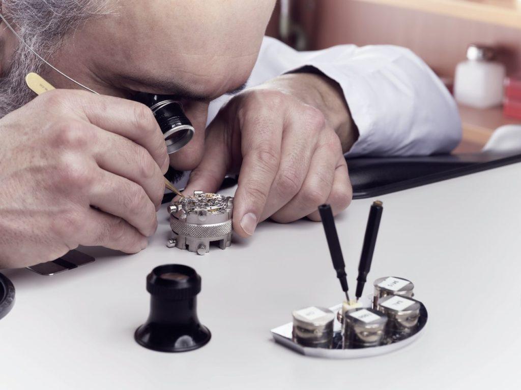 Les horlogers de l'Atelier de Restauration, à Genève, manipulent des composants anciens et rares ; ils doivent faire preuve d'une concentration à toute épreuve.