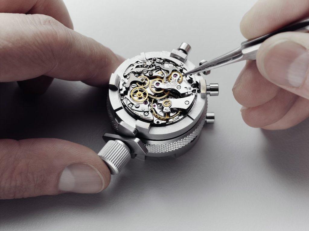 Chaque service « Restauration » est effectué dans le respect de la tradition et de l'art horloger, où le geste de l'artisan occupe une place primordiale. Ici, l'horloger contrôle les compteurs du chronographe.