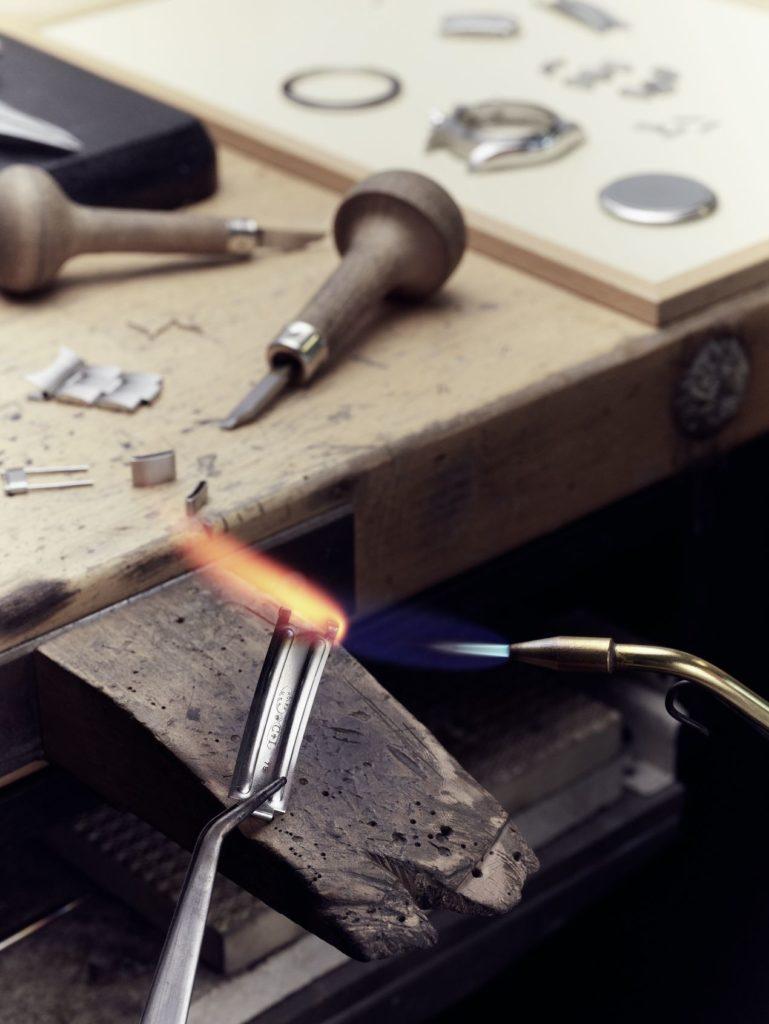 Certaines opérations sur une montre confiée à l'Atelier de Restauration sont réalisées par un horloger-bijoutier. Ici, il ressoude une charnière sur une lame de fermoir.