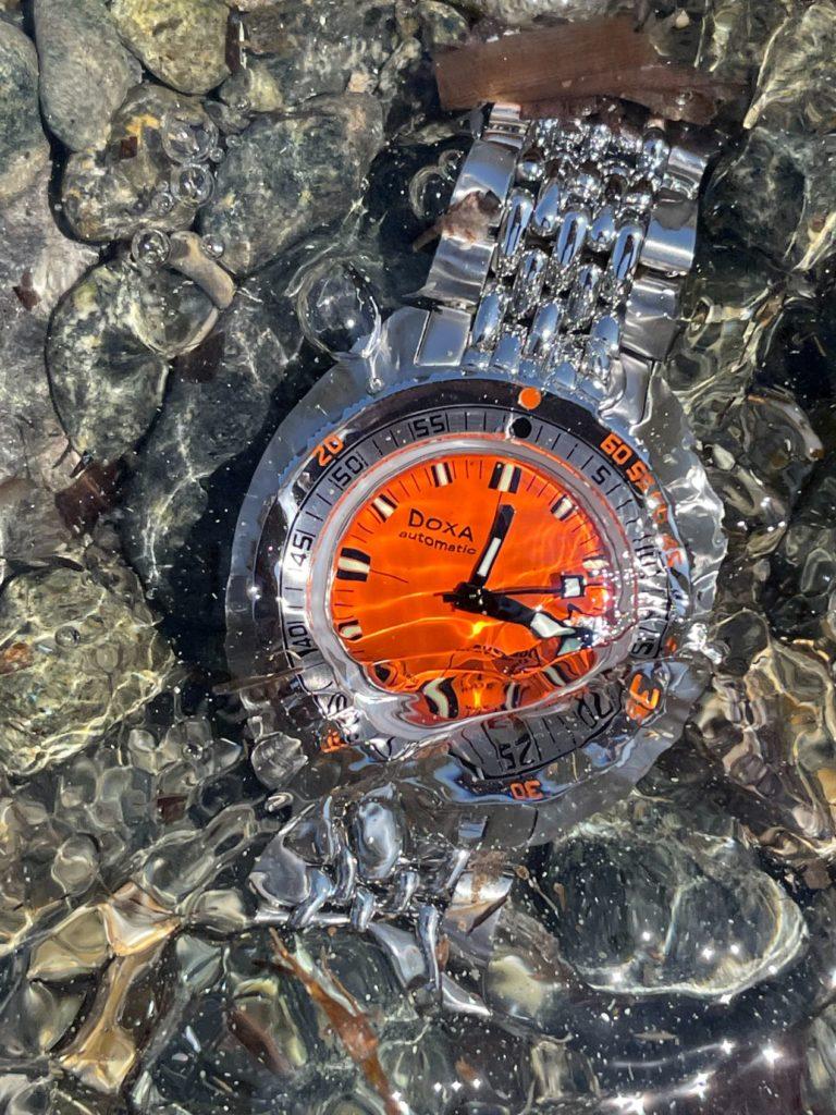 Une montre résistant aux pressions des profondeurs comme aux vagues sur la plage.